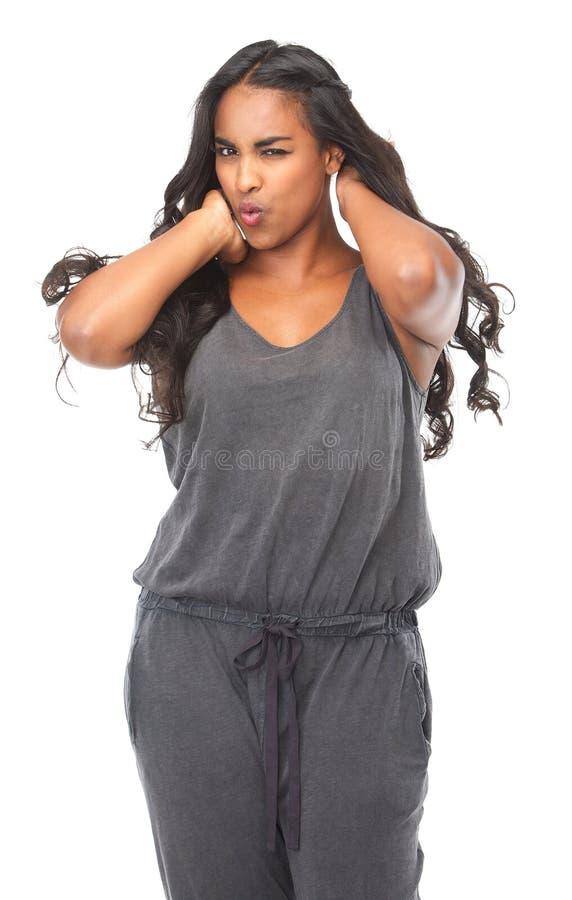 Donna sensuale con le mani in capelli isolati su fondo bianco fotografia stock libera da diritti