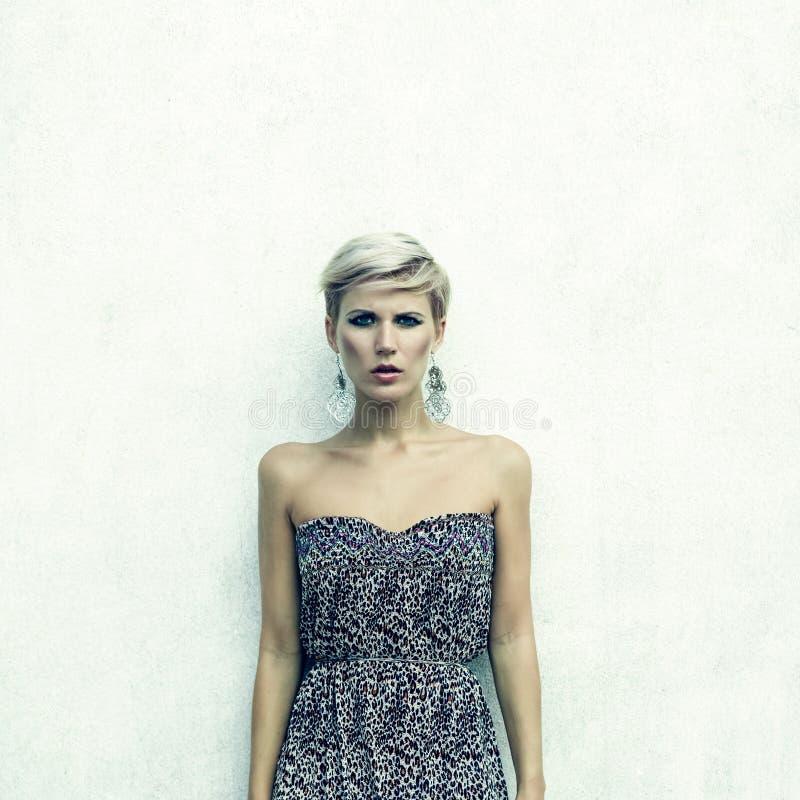 donna sensuale contro una parete fotografie stock libere da diritti