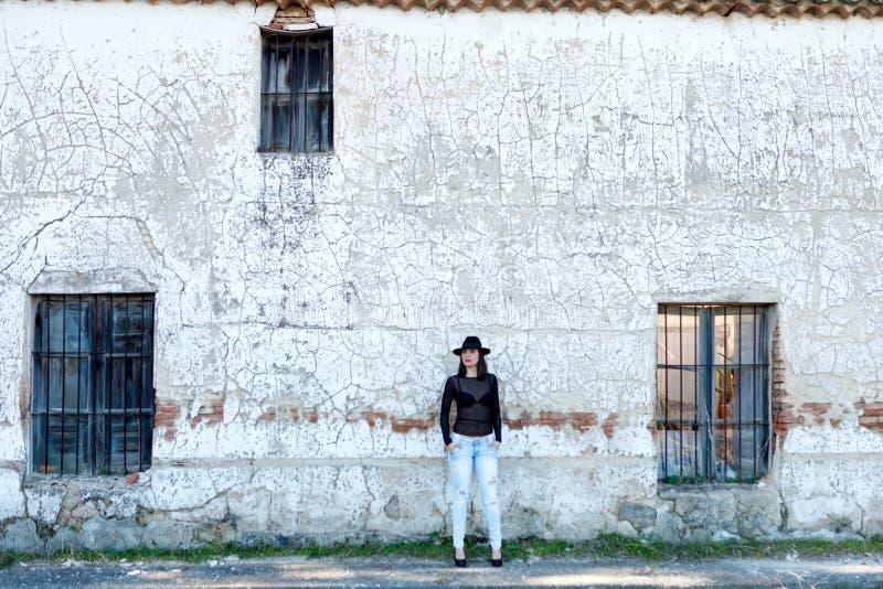 Donna sensuale davanti ad una casa d'annata fotografie stock libere da diritti