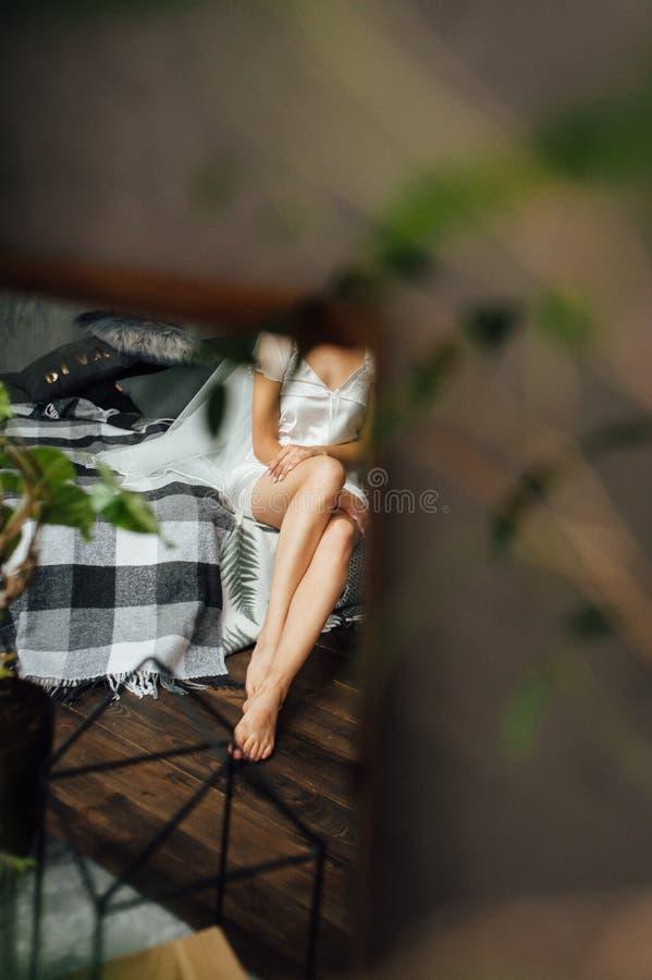 Donna sensuale del ritratto nella mattinata della sposa fotografia stock
