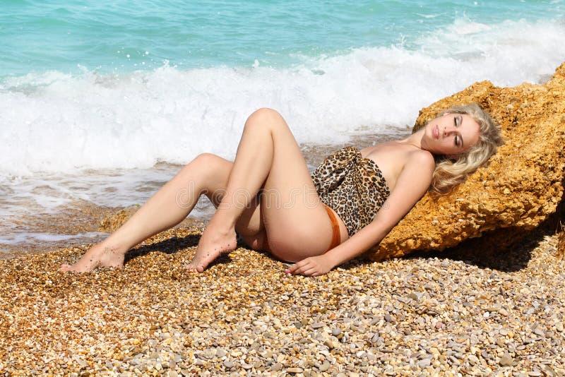 Donna sensuale del sunbath di estate bella immagini stock