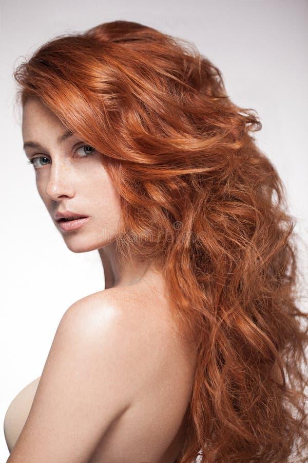 Donna sensuale della testa di rosso che esamina macchina fotografica fotografia stock libera da diritti