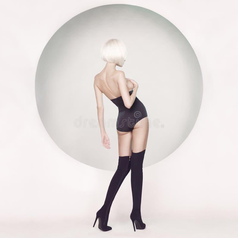 Donna sensuale elegante su fondo geometrico fotografie stock