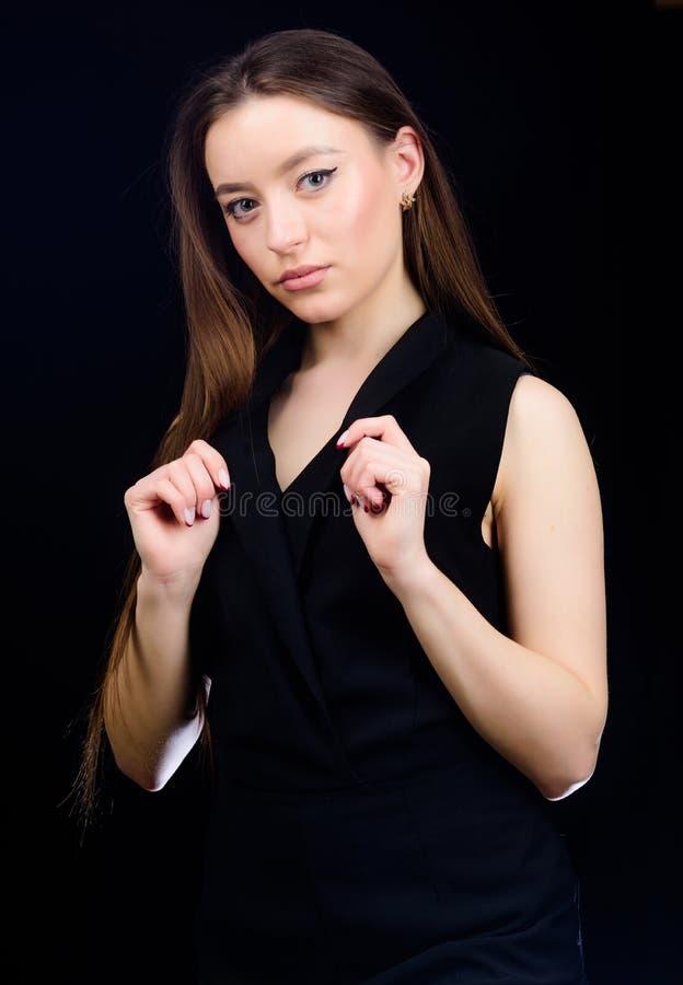 donna sensuale isolata sul nero Salone del parrucchiere Bellezza naturale Cosmetici e trucco di Skincare Modello di modo in vesti fotografia stock libera da diritti
