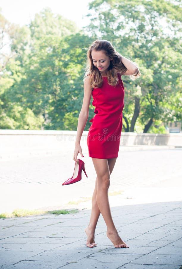 Donna senza sue scarpe immagine stock