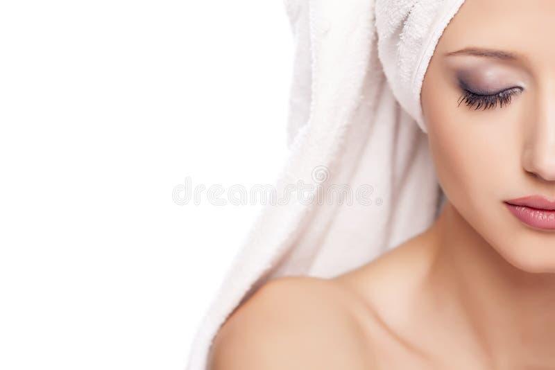 Donna serena con un asciugamano immagini stock