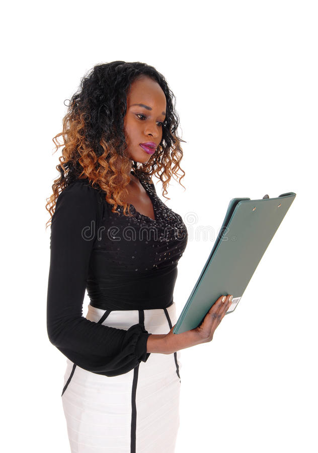 Donna seria che legge la sua carta fotografia stock libera da diritti