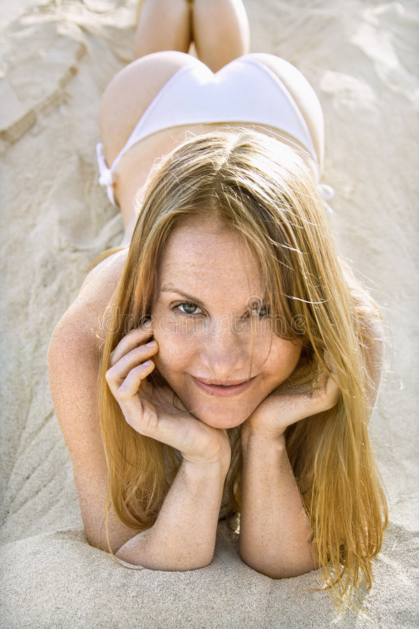 Donna sexy in bikini. immagini stock
