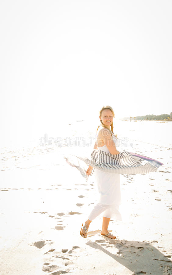 Donna sexy che cammina la spiaggia fotografia stock libera da diritti