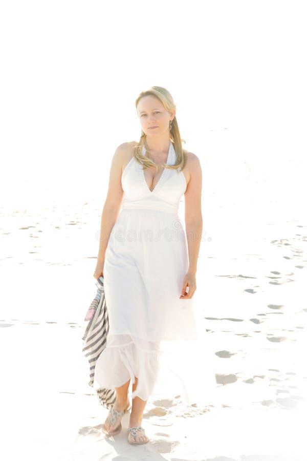 Donna sexy che cammina la spiaggia fotografia stock