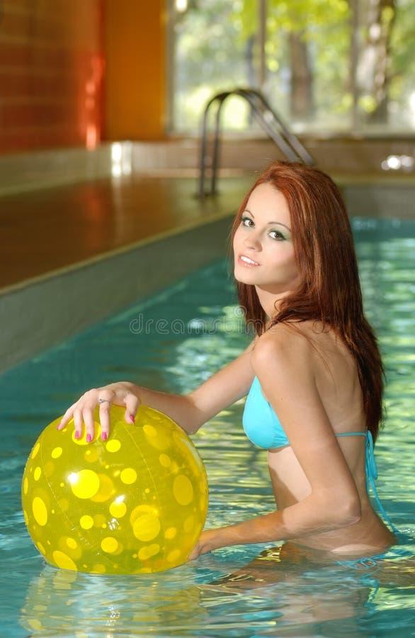 Donna sexy che ha divertimento nella piscina fotografie stock