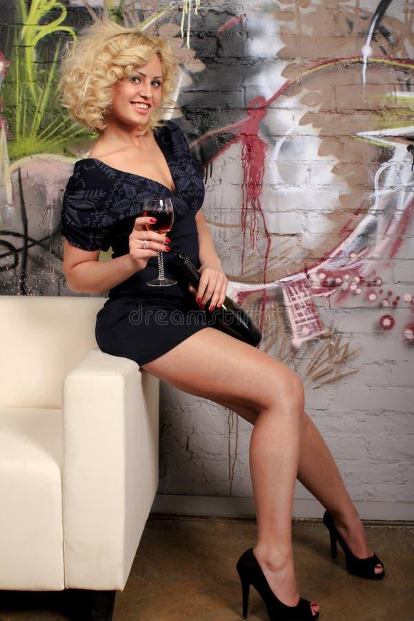 Donna sexy che mangia vino rosso fotografie stock libere da diritti