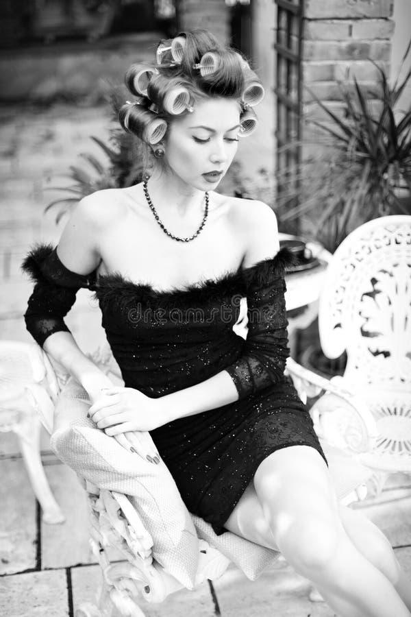 Donna sexy che propone come aristocratico - adatti il tiro fotografie stock