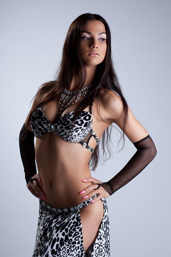 Donna sexy che propone in costume etnico arabo fotografie stock