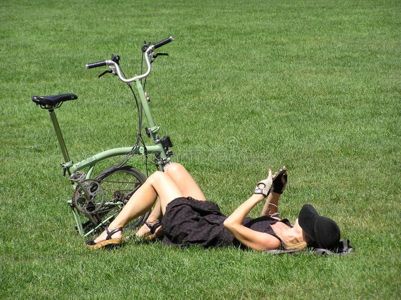Donna sexy che raffredda sull'erba fotografie stock