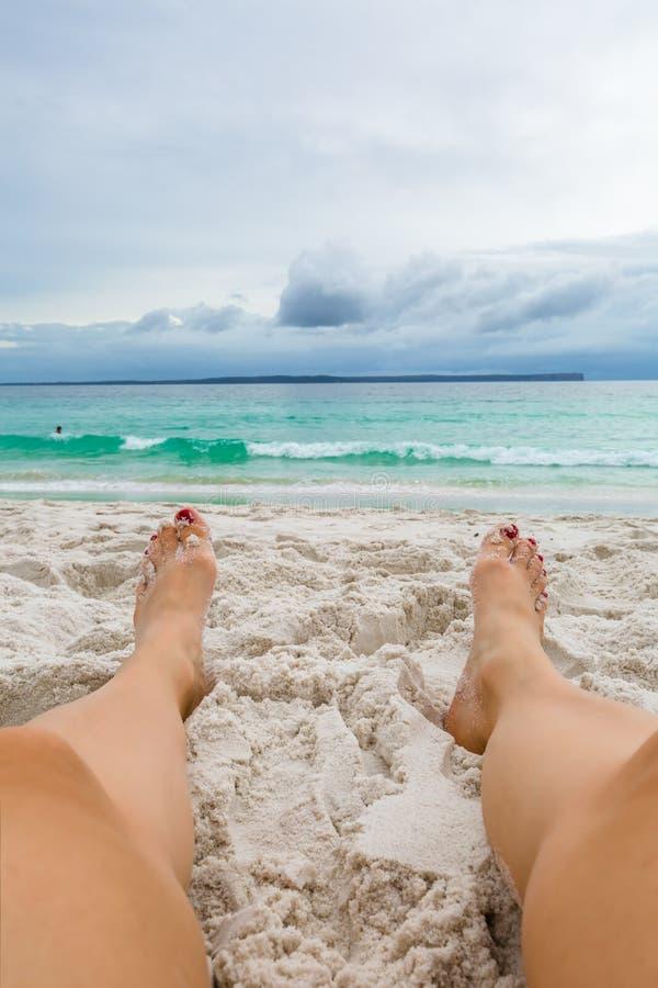 Donna sexy che si rilassa sulla spiaggia immagini stock