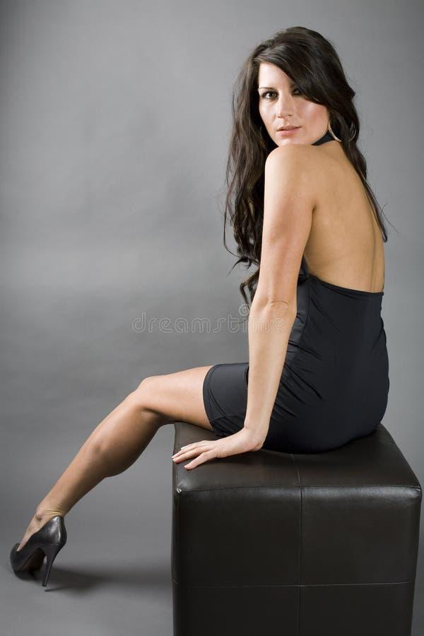 Donna sexy che si siede sul banco fotografia stock libera da diritti
