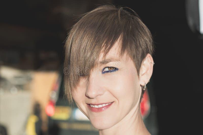 Donna sexy con brevi capelli sorridenti fotografie stock