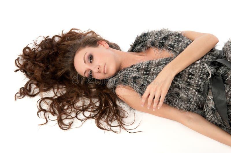 Donna sexy con capelli ricci lunghi fotografia stock libera da diritti