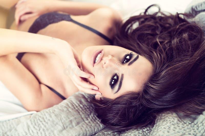 Donna Sexy Con La Posa Dei Capelli Neri Immagine Stock ...