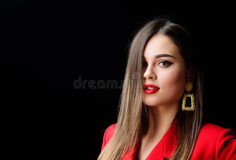 Donna sexy con trucco professionale Orecchini dei gioielli Ragazza in rivestimento rosso Bellezza e modo bellezza dei capelli e immagine stock libera da diritti
