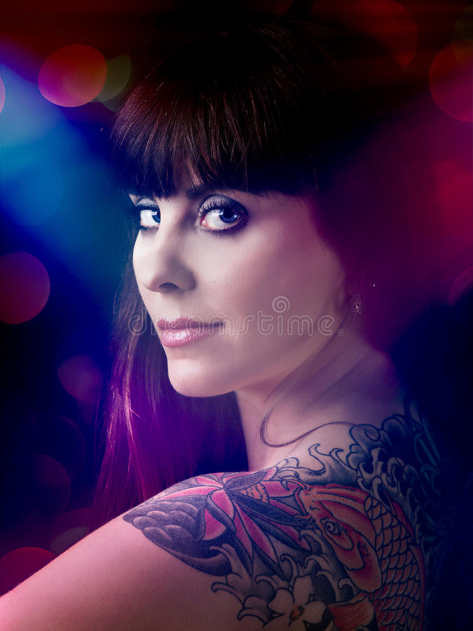 Donna sexy con un tatuaggio fotografia stock libera da diritti