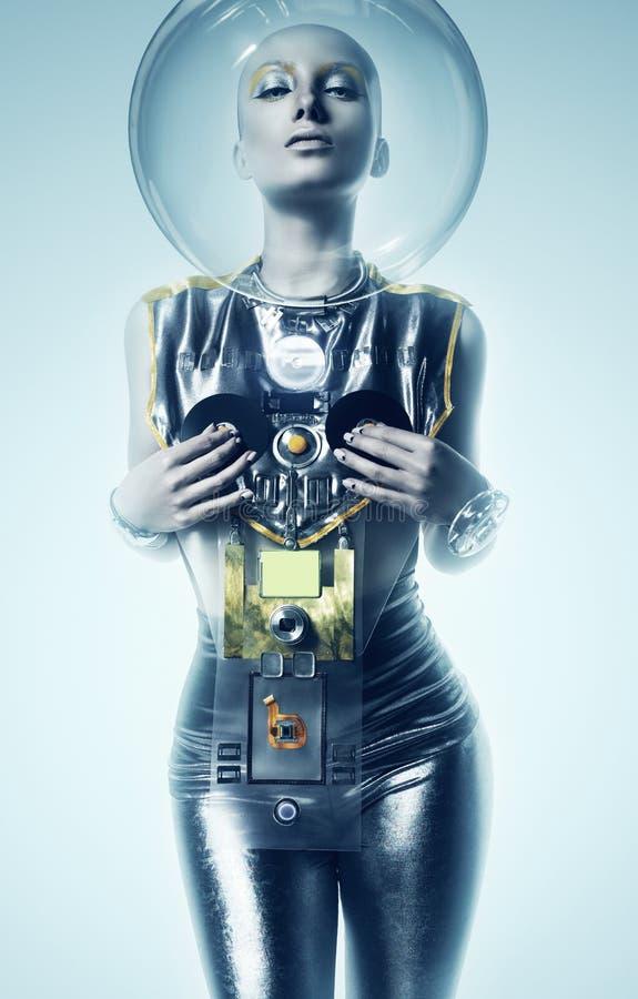 Donna sexy del cyborg in casco in nebbia immagine stock