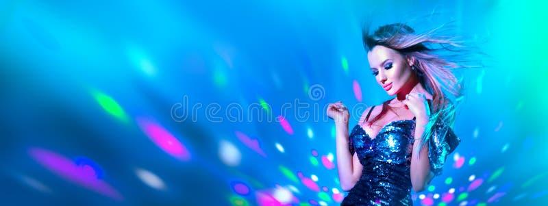 Donna sexy del modello di moda che balla alla luce al neon Ballerino della discoteca che posa alla luce variopinta UV immagine stock libera da diritti