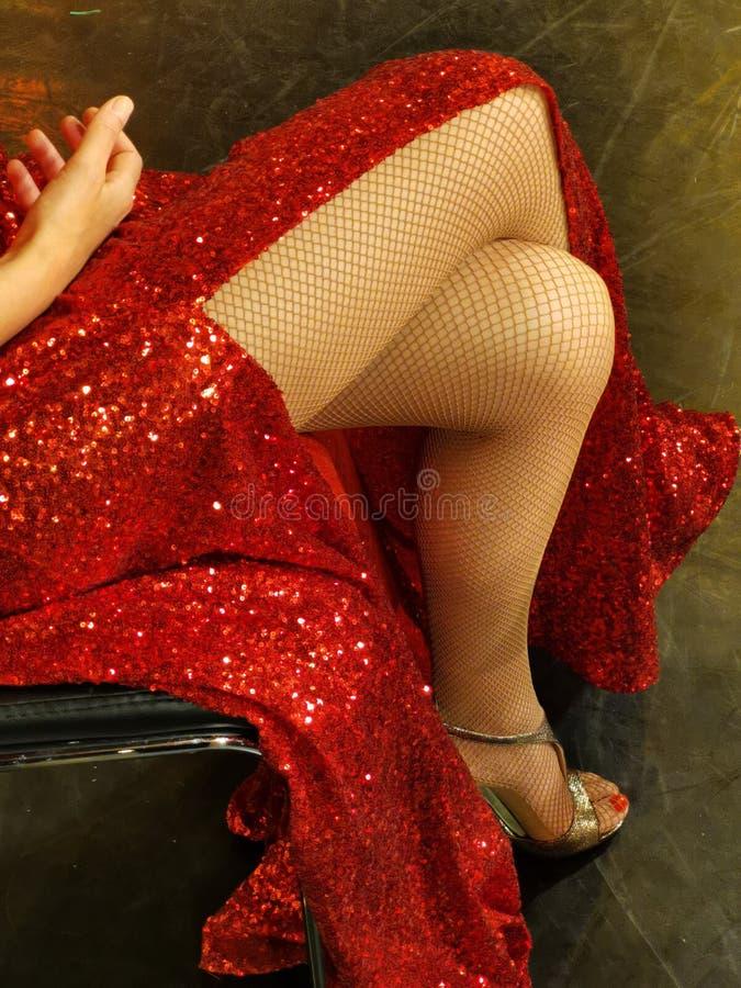 Donna sexy delle gambe in vestito rosso immagini stock