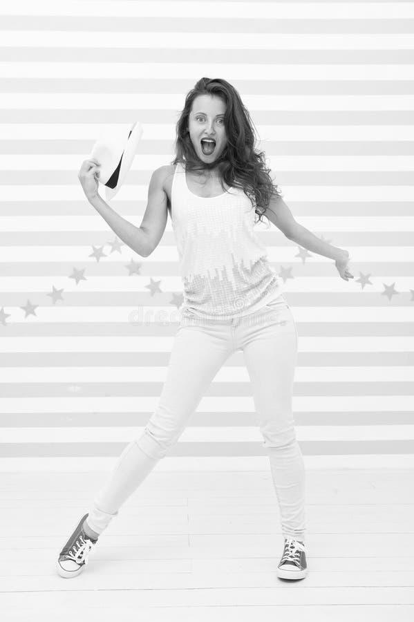 Donna sexy felice ed alla moda Ragazza pazza in vestiti sportivi variopinti Modello di moda di fascino Ballerino hip-hop della do immagine stock libera da diritti