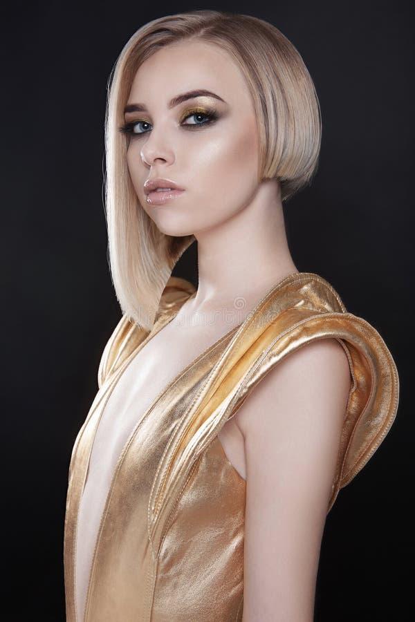 Donna sexy futuristica in vestito dorato fotografia stock