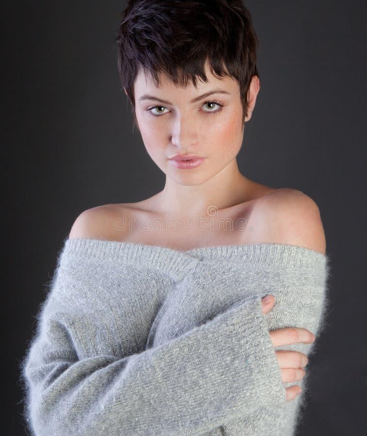 Donna sexy in maglione accogliente fotografia stock libera da diritti