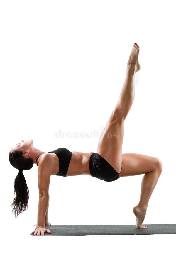 Donna sexy nel reggiseno di sport sulla posa di yoga immagine stock