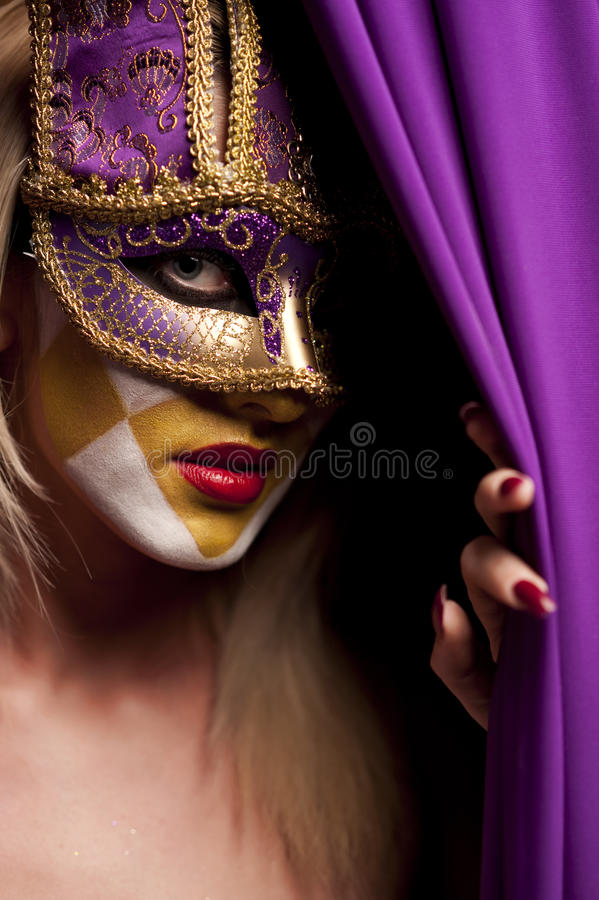 Donna sexy nella mascherina viola del partito immagini stock