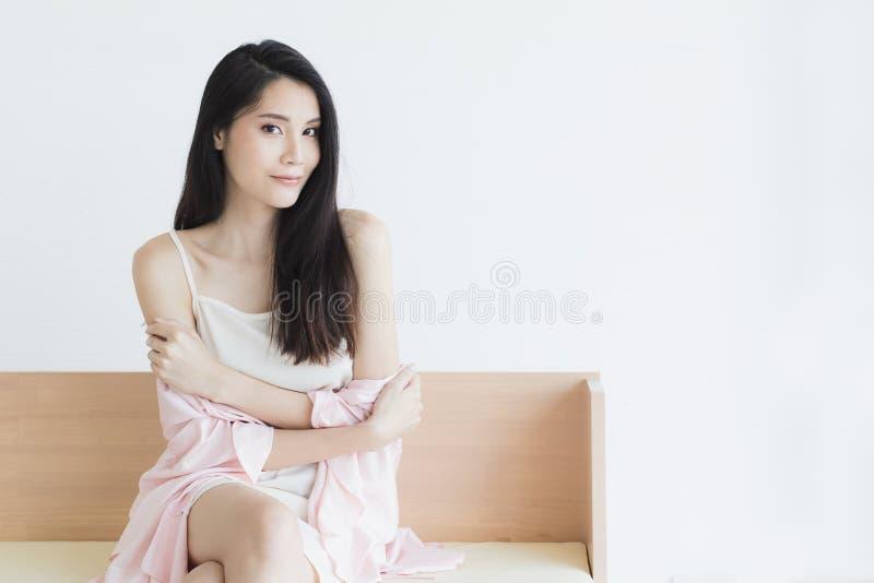 Donna sexy in pigiami che posano nell'umore seducente immagini stock