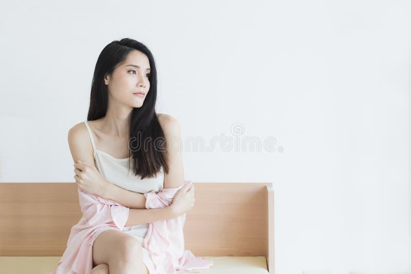Donna sexy in pigiami che posano nell'umore seducente immagine stock