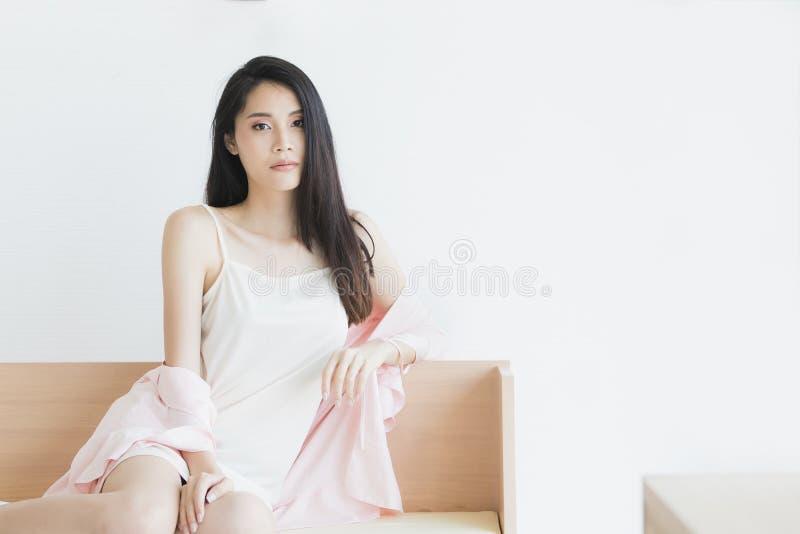 Donna sexy in pigiami che posano nell'umore seducente fotografie stock libere da diritti