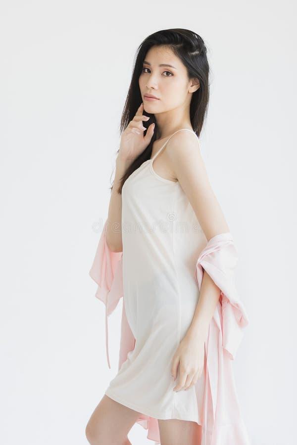Donna sexy in pigiami che posano nell'umore seducente fotografie stock