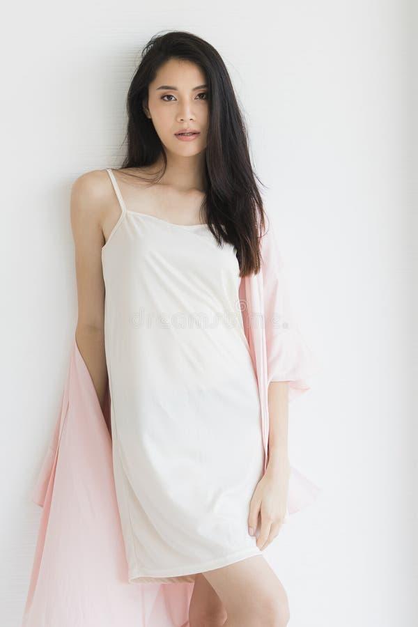 Donna sexy in pigiami che posano nell'umore seducente fotografia stock