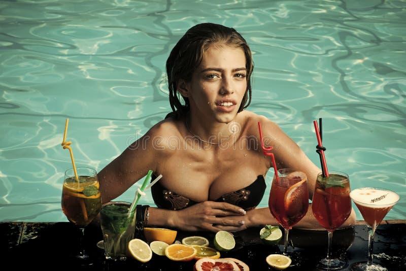 Donna sexy sensuale Donna con la bevanda alcolica e la frutta immagine stock libera da diritti