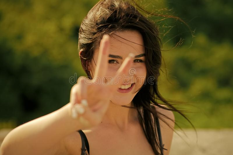 Donna sexy sensuale Sorriso felice della ragazza o della donna con il gesto di mano del segno di v immagine stock libera da diritti