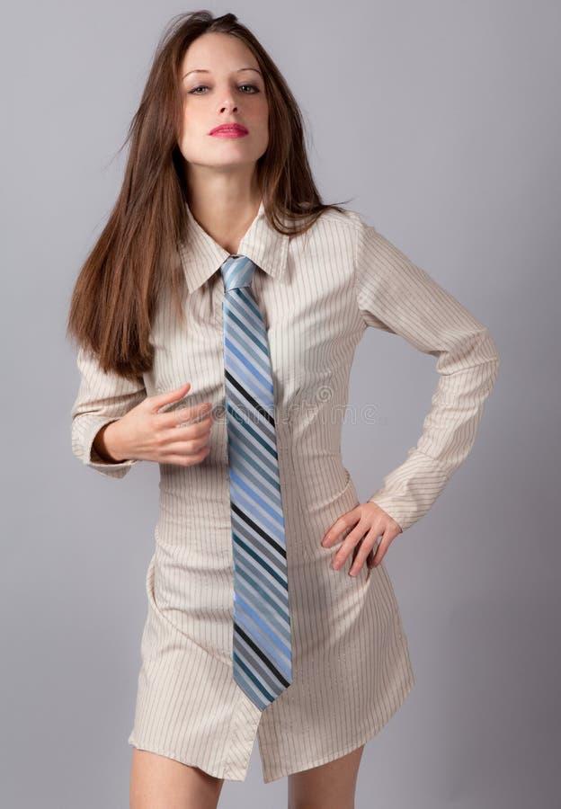 Donna sexy in Shirt-dress ed in legame fotografia stock