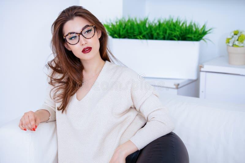 Donna sexy sul sofà fotografia stock