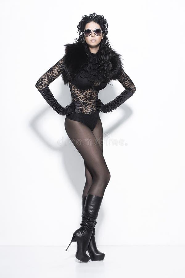 Donna sexy in vestito nero fotografie stock