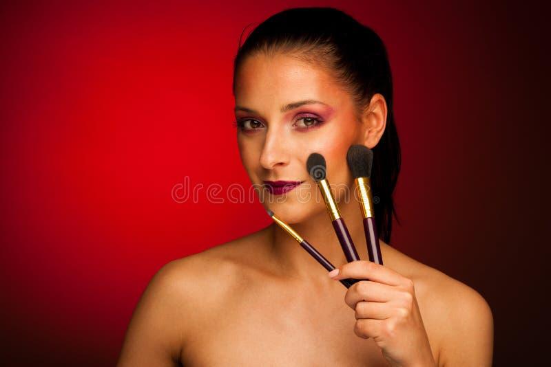 Donna sicura attraente di affari con capelli marroni che stanno iso fotografie stock libere da diritti