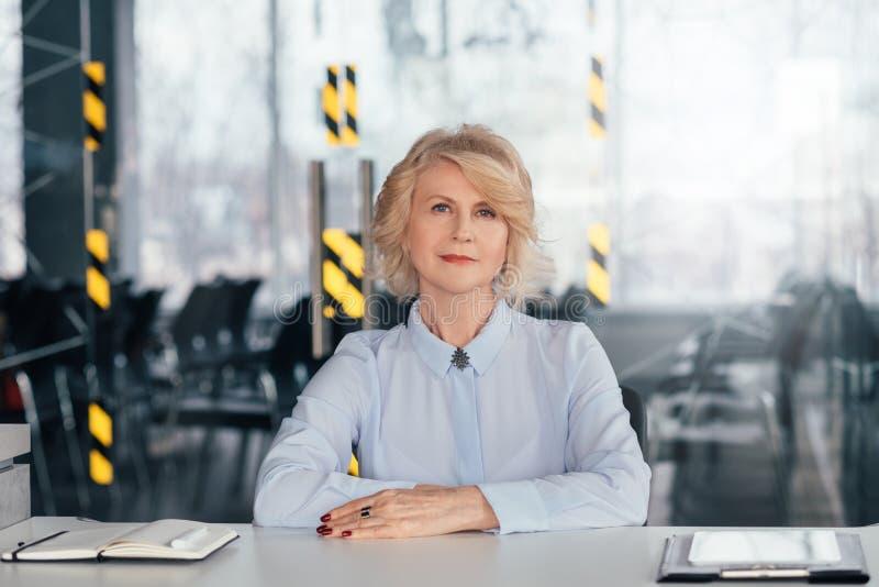 Donna sicura esecutiva di affari delle risorse umane fotografia stock