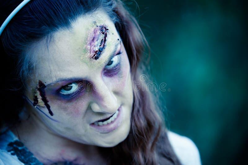 Donna Sneering dello zombie fotografia stock libera da diritti