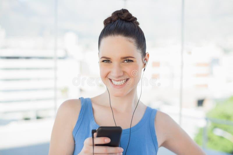 Donna snella attraente che ascolta la musica immagini stock