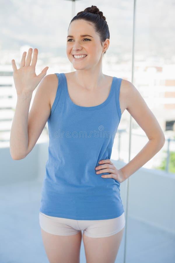 Donna snella sorridente nell'ondeggiamento degli abiti sportivi immagine stock libera da diritti