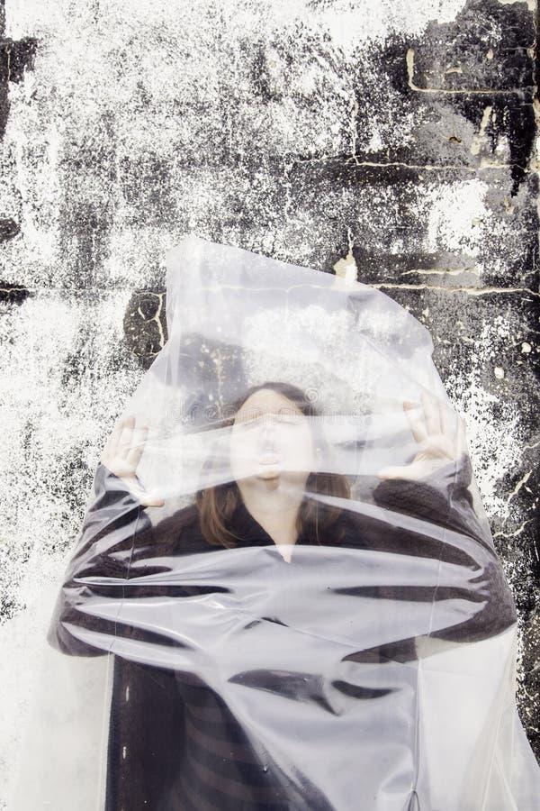 Donna soffocante in borsa fotografia stock libera da diritti